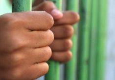 Mulher é presa por ajudar namorado a estuprar adolescente de 13 anos
