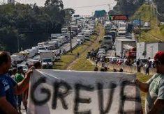 Caminhoneiros mantêm pressão por redução no diesel e não encerram greve