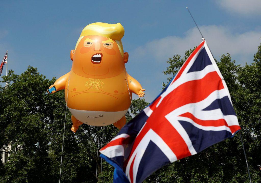 Balão 'bebê Trump' é usado em protesto contra a visita do presidente americano a Londres