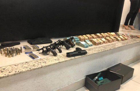 Polícia encontra armas e dinheiro em fundo falso de armário de João de Deus