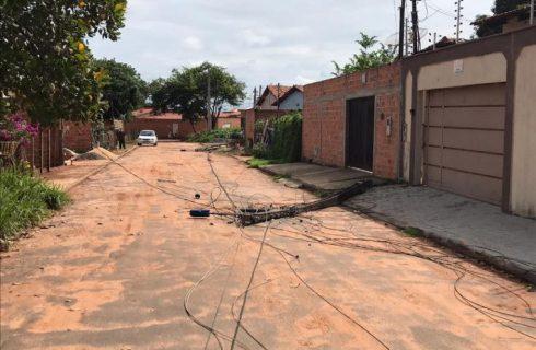 Caminhão derruba postes de energia e motorista foge deixando prejuízos para trás em Araguaína