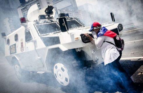 A misteriosa mulher que parou um tanque durante protestos contra o governo na Venezuela