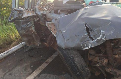 Mulher falece em acidente na BR-242 após caminhonete atingir peça de colheitadeira