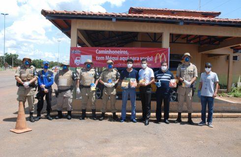 Em parceria com Mc Donald's, Polícia Militar entrega lanches para caminhoneiros na TO-080