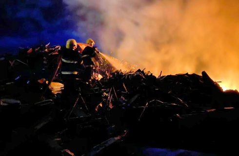 Fogo em vegetação se alastra e atinge Ferro Velho em Taquaralto