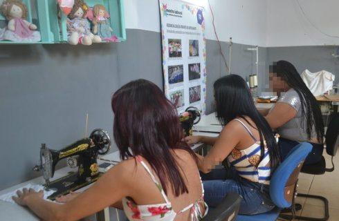 Reeducandas do regime de semiaberto participam de curso de costura criativa