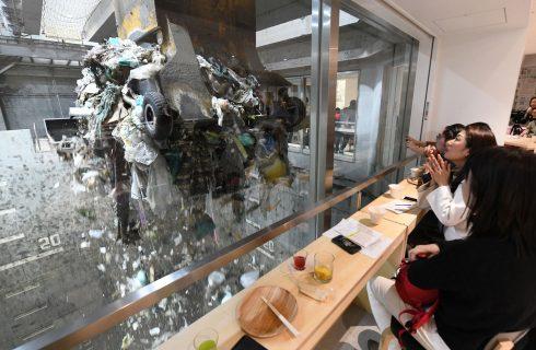 Bar com vista para usina de tratamento de lixo conscientiza moradores de Tóquio