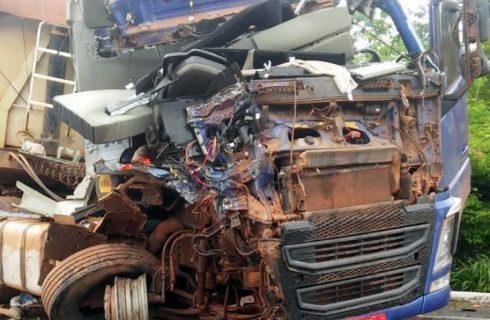 Carretas batem de frente e corpo de caminhoneiro fica preso às ferragens na BR-153, no norte do estado