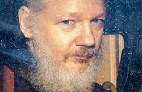 Julian Assange, fundador do WikiLeaks, é preso na embaixada do Equador em Londres
