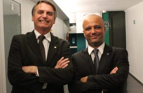 Bolsonaro anuncia deputado Major Vitor Hugo como novo líder do governo na Câmara