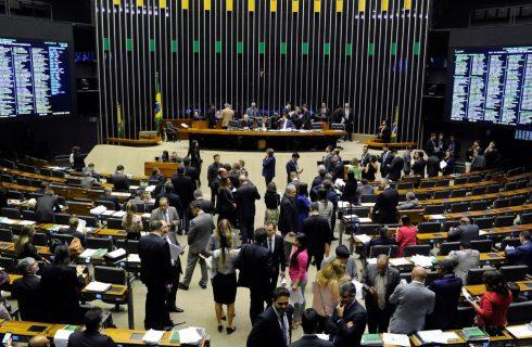 Câmara aprova permissão para municípios estourarem limite de gastos com pessoal