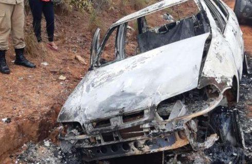 Mulher deixa carro em estrada após acidente e quando volta para buscar encontra veículo destruído por incêndio