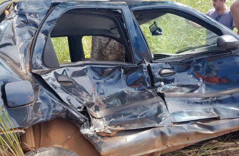 Mulher morre e homem fica ferido após carro e caminhão baterem na BR-153