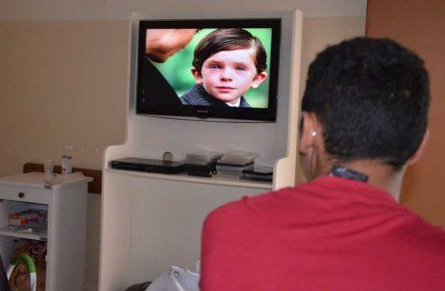 Projeto leva sessão de cinema para o quarto de pacientes em hospital público