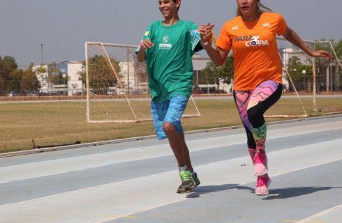 Medalhista paralímpica compartilha experiência com estudantes especiais no TO