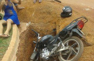 Grávida de quatro meses cai de moto em buraco de obra inacabada em avenida