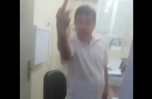 Médico é gravado mostrando o dedo para paciente; Saúde aponta excesso das duas partes