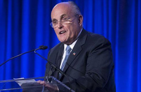 Rudy Giuliani, assessor de segurança digital de Trump, comete gafe no Twitter e culpa a rede social