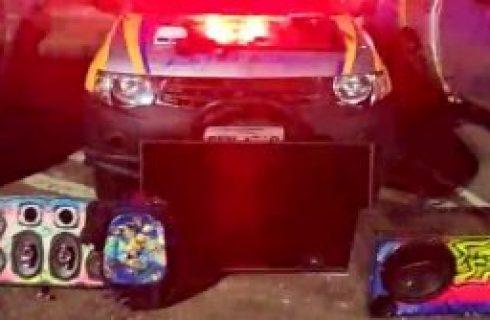 PM encontra som automotivo e aparelho de TV dentro de carro e prende três homens suspeitos de furto