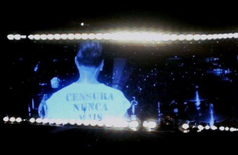 U2: no 1º de 4 shows em SP, baterista usa camisa com 'censura nunca mais' e Bono cita Cazuza e Renato Russo