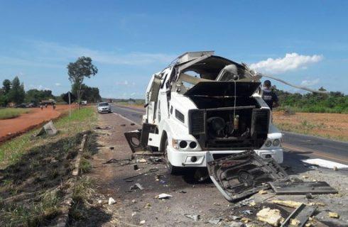 Assaltantes explodem carro-forte na BR-153 e levam dinheiro; PM e PRF fazem buscas