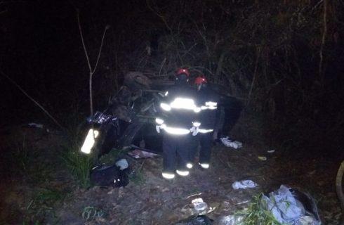 Criança morre e fica presa às ferragens de carro após acidente na BR-153